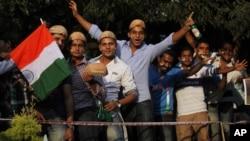 12月25日印度板球迷排队进入过体育馆观看印巴两国首场板球赛