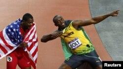 Pelari Jamaika, Ussain Bolt (kanan) dan pelari AS yang berada di urutan ketiga, Justin Gatlin, merayakan kemenangan dalam final lari 100 meter putra Olimpiade London 2012 (5/8). Bolt akan kembali berlaga dalam nomor lari 200 meter, hari ini (7/8).
