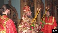 Митрополит Иона благословляет прихожан Свято-Екатерининской церкви