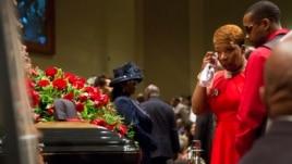 Mijëra njërëz marrin pjesë në funeralin për Michael Brown
