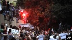 Egipatski demonstranti ispred američke ambasade u Kairu