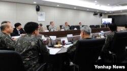 정승조 한국 합참의장과 마틴 뎀프시 미국 합참의장이 18일 오후 제37차 군사위원회 회의(MCM)를 화상회의로 진행하고 있다. 이번 MCM 회의는 워싱턴에서 개최될 계획이었나 최근 한반도 안보상황을 고려해 원격 화상회의 방식으로 진행됐다.