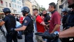 Un homme est arrêté par la police française après des échauffourées mineures dans le centre de Marseille, France, 10 juin 2016. (AP photo / Ariel Schalit)