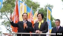 台湾亲民党主席宋楚瑜和他的竞选副手、民国党主席徐欣莹11月24日到中央选举委员会登记,正式成为总统、副总统候选人 (美国之音李逸华)