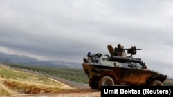 一辆土耳其坦克在与叙利亚边境附近巡逻(资料图)