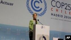سویڈن سے تعلق رکھنے والی آب و ہوا کی تبدیلی پر قابو کی مہم کی سرگرم کارکن 16 سالہ گریٹا تھن برگ اسپین کے شہر میڈرڈ میں عالمی کانفرنس میں تقریر کر رہی ہیں۔ 11 دسمبر 2019