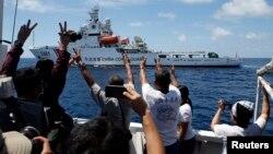 Sebuah kapal Penjaga Pantai China bermanuver untuk menghalangi kapal logistik pemerintah Filipina yang mengangkut awak media di kawasan Second Thomas Shoal yang menjadi sengketa yang merupakan bagian dari Spratly Islands, di Laut China Selatan pada gambar yang diambil tanggal 29 Maret 2014.