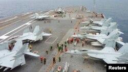 미군 핵 항공모함조지워싱턴 호가 지난해 11월 일본에서 열린 합동 군사훈련에 참가했다. 갑판에는 미 해군 주력기 FA-18 호넷 전투기들이 계류돼있다. (자료사진)