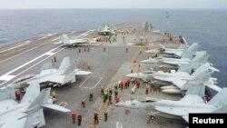 美日两国2013年11月28日在日本南部海域举行联合军演。美国尼米兹级核动力航母乔治·华盛顿号参加军演。