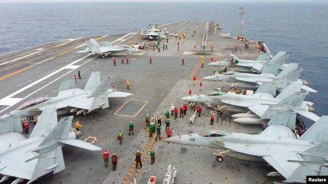 Chiến đấu cơ FA-18 Hornet của Hải quân Mỹ trên boong tàu sân bay của tàu sân bay USS George Washington trong cuộc diễn tập hải quân chung thường niên trên biển với quân đội Nhật ngoài khơi miền nam Nhật Bản.