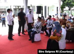 Presiden Jokowi saat acara aksinasi kepada salah satu tenaga pendidik yang bertempat di SMAN 70 Jakarta. (Foto: Courtesy/Biro Setpres)