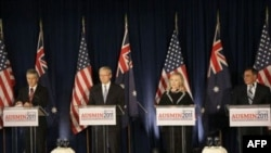 (Chapdan o'ngga) Avstraliya Mudofaa vaziri Stiven Smit, Tashqi ishlar vaziri Kevin Rudd, AQsh Davlat kotibi Xillari Klinton va Mudofaa vaziri Leon Panetta, San-Fransiskoda, 15-sentabr, 2011-yil.