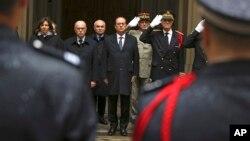 El presidente francés, Francois Hollande, junto al ministro del interior, Bernard Cazeneuve (izquierda), y al prefecto policial, Bernard Boucalt, guardan un minuto de silencio en París.
