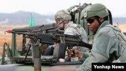 이달 14일 미한연합훈련인 '키 리졸브' 연습과 연계해 경기도 평택 오산 미공군기지 인근에서 실시된 기지 방어 훈련에 참가한 미군들.