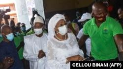 Cellou Dalein Diallo et son épouse Kadiatou Bah vote à Conakry, en Guinée, le 18 octobre 2020.