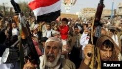 18일 예멘 수도 사나에서 후티 반군 추종자들이 사우디의 공습에 항의하고 있다.