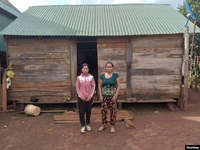 H Soan Siu (trái) và mẹ H Ger Siu đứng trước nhà của họ trong bức hình chụp ngày 8 tháng 8, 2021.