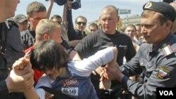 Salah seorang pegiat hak azasi kelompok homoseksual ditangkap oleh polisi Moskow (29/5).