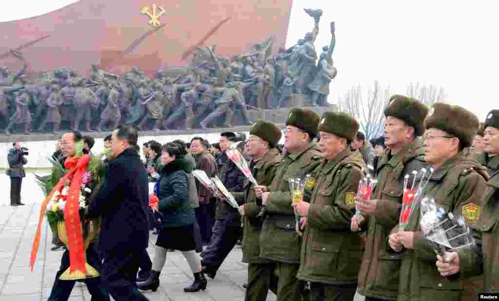 북한 인민군 장병과 근로자, 청소년들이 새해를 맞아 김일성 주석과 김정일 국방위원장 동상에 헌화했다고, 1일 관영 조선중앙통신이 보도했다.