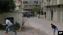 Des manifestants affrontantlapolice à coups de pierres à Banias