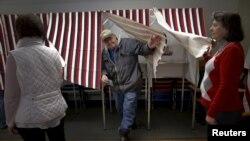 Birač izlazi posle glasanja u selu Grouvton u Nju Hempširu, 9. februara 2016.