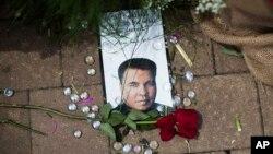 미국의 전설적인 권투선수 무함마드 알리의 죽음을 애도하는 기념비가 고향 루이빌의 무함마드 알리 센터에 마련되었다.