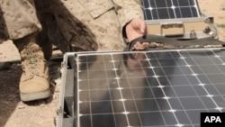 美军在战场配置便携式太阳能系统。(照片来源:美国军方)