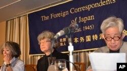 諾貝爾文學獎獲得者、日本著名作家大江健三郎(右)與其他反核人士2月8日在東京準 備向記者發表講話