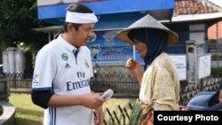 Bupati Purwakarta Dedi Mulyadi ketika menemui ibu Sahen.