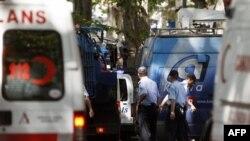 Поліція та лікарі надають допомогу потерпілим на місці вибуху