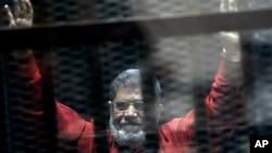 Le président Mohamed Morsi réagit à sa condamnation à mort au Caire en Egypte le 21 juin 2015.