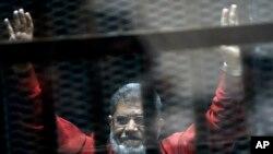 Mohammed Morsi yambaye impuzu zambara abaciriwe urwo kunyongwa muri Misiri