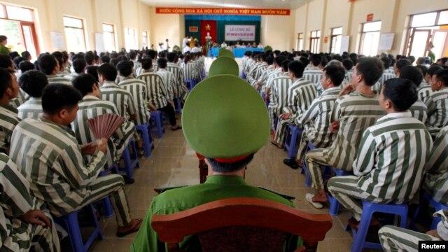Cảnh sát canh gác trong lúc tù nhân chờ được phóng thích khỏi nhà tù Hoàng Tiến, khoảng 100 km từ Hà Nội.