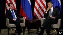 ປະທານາທິບໍດີ ບາຣັກ ໂອບາມາ ພົບປະກັບ ປະທານາທິບໍດີຣັດເຊຍ ທ່ານ Dmitry Medvedev ທີ່ກອງປະຊຸມສຸດຍອດ APEC ທີ່ນະຄອນໂຮໂນລູລູ, ລັດຮາວາຍ ໃນຂະນະທີ່ໂລກຫາທາງກົດດັນຕໍ່ໂຄງການ ນີວເຄລຍຂອງອີຣ່ານ. ວັນທິ 12 ພະຈິກ 2011.