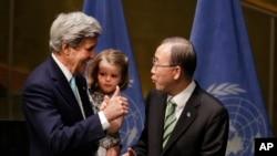 [جان کری وزیر خارجه آمریکا همراه با نوه اش، و بان کی مون دبیر کل سازمان ملل متحد در جلسه امضای پیمان پاریس