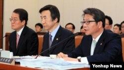 류길재 한국 통일부 장관(오른쪽)이 17일 국회 외교통일위 전체회의에서 의원들의 질의에 답하고 있다. 왼쪽부터 남성욱 한국 민주평화통일자문회의 사무처장, 윤병세 한국 외교장관.