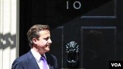 PM Inggris David Cameron sering mengundang eksekutif perusahaan News Corporation yang bermasalah.