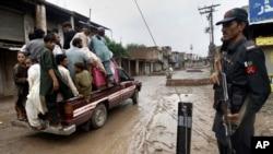 Seorang tentara paramiliter berjaga di sebuah pos penjagaan saat warga desa kembali ke desa mereka melalui Bara, kota di wilayah Khyber, Pakistan dekat perbatasan Afghanistan, 3 Agustus 2013 (Foto: dok). Militan Pakistan dilaporkan memenggal kepala tiga orang anggota sebuah milisi anti-Taliban, Senin (9/9).