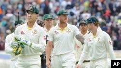 آسٹریلوی ٹیم چوتھے دن کا کھیل ختم ہونے پر کپتان ٹم پین کی قیادت میں میدان سے واپس آ رہی ہے