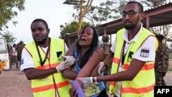 医疗救援人员在帮助索马里与基地组织有关系的恐怖组织青年党在贾瑞沙大学发动的袭击中受伤的学生。