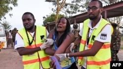 2일 얄샤바브의 공격을 받은 케냐 가리사 대학에서 의료요원들이 부상자를 부축하고 있다.