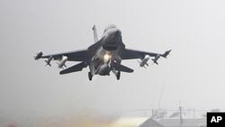 2011年4月12号台湾举行汉光军演,一家F-16战机从跑道上起飞(资料照)