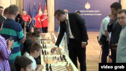 Predsednik Srbije Aleksandar Vučić igra šah sa mladim šahovskim talentima