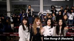 Integrantes del grupo surcoreano de K-pop Red Velvet posan antes de su viaje a Pyongyang en el Aeropuerto Internacional de Gimpo International en Seúl, Corea del Sur, Marzo 31, 2018. REUTERS/Kim Hong-Ji