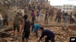 尼泊爾發生的強烈地震後,救援人員參與搶救工作。