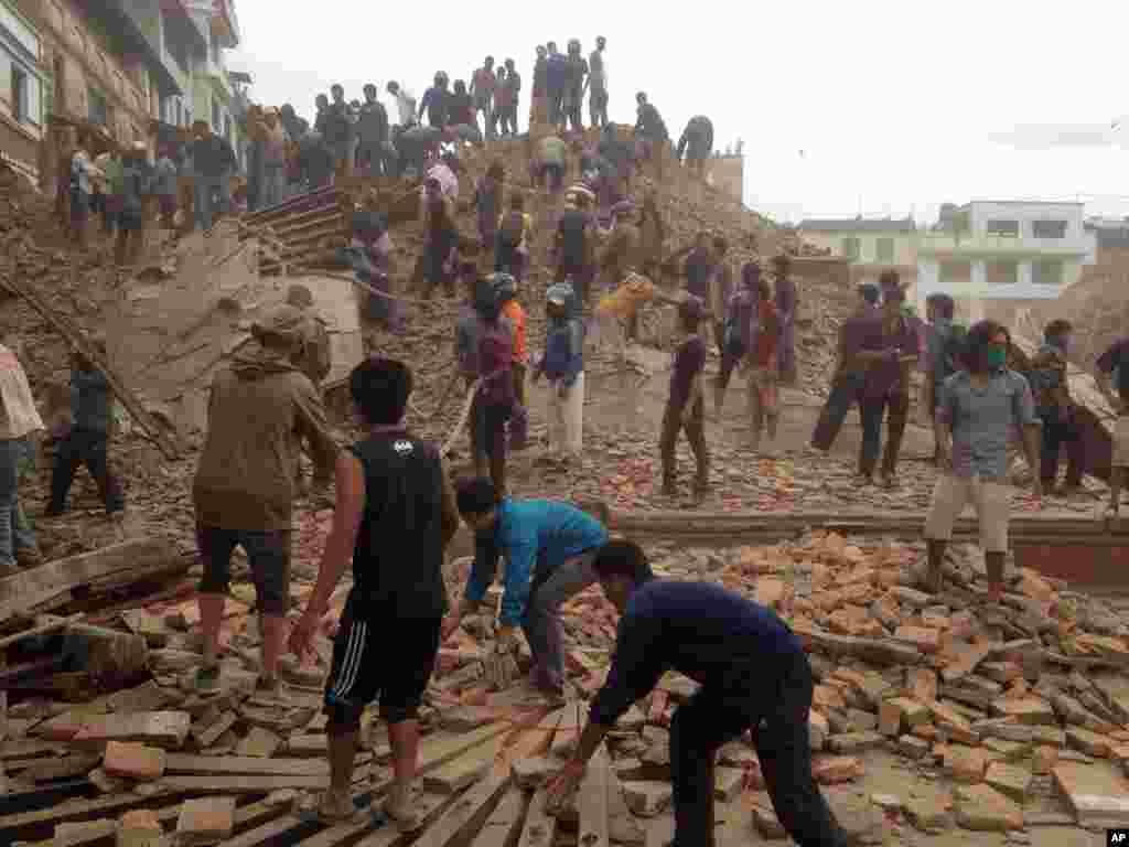 Nepalda baş verən güclü zəlzələdən sonra paytaxt Katmanduda könüllülər dağıntılar altında sağ qalanların axtarışını davam etdirir