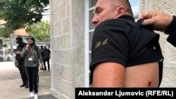 Demonstrant povrijeđen gumenim metkom (Foto: Rojters/Stevo Vasiljevic)