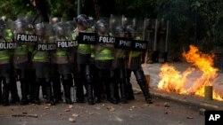 Bombas molotov y gases lacrimógenos fueron usados en la protesta frente a la sede del Consejo Nacional Electoral en Caracas.