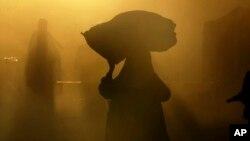 رئیس جمهور غنی می گوید با وصف ۱۶ ساعت کار در روز، زنان روستایی و خانه بیکار عنوان می شوند.