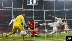 Penyerang Bayern, Mario Gomez membobol gawang Iker Casillas (Madrid). Gomez akan bermain untuk klub Italia, Fiorentina musim depan.